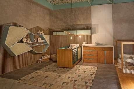 78. Quarto planejado de bebê com nichos assimétricos, armários suspensos e cômoda. Projeto de Casa Cor MG 17