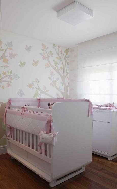 87. Berço e trocador em branco e rosa, cores clássicas em quartos de meninas. Projeto de Erica Salguero