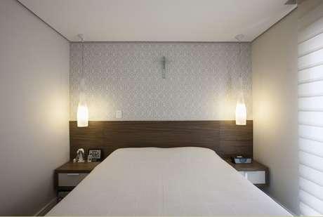 31. Luminárias pendentes aos lados da cama. Projeto de Katia Llaneli