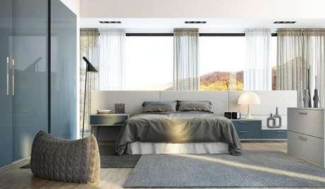 12. Da mesma forma, a mistura de azul, cinza e branco dá um clima de tranquilidade a este quarto planejado. Projeto de Universo Decor