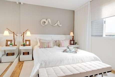 32. Quarto planejado de casal em cores claras, com luminárias aos lados da cama e guarda-roupa planejado. Projeto de Sesso e Dalanezi