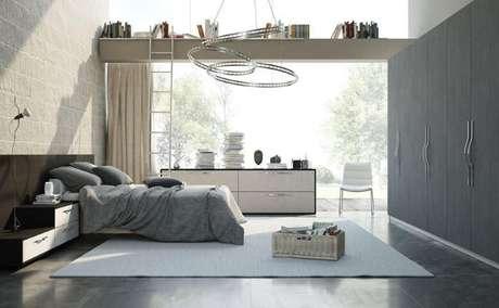 13. Se tiver janelas grandes ou mesmo parede de vidro, seu quarto planejado com certeza vai precisar de uma boa cortina para controlar a luminosidade natural. Projeto de Universo Decor
