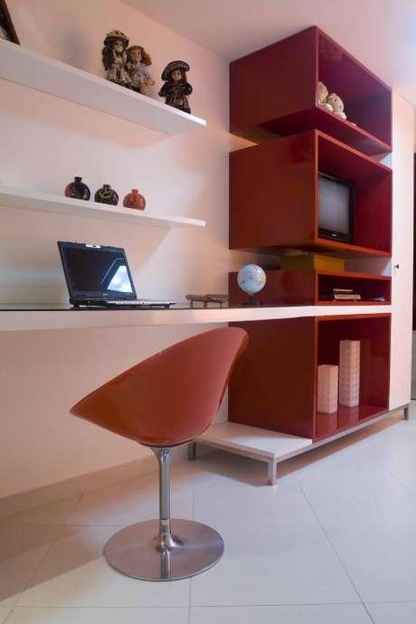 46. Nichos decorativos vermelhos combinando com a cadeira. Projeto de Larissa
