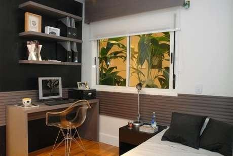 34. A parede preta dá ao quarto um ar moderno e as prateleiras aproveitam o espaço vertical do cômodo. Projeto de Teresinha Nigri