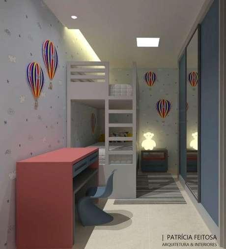 71. As cores, os balões decorativos e a luminária de urso dão o toque lúdico ao quarto. Projeto de Patricia Feitosa Matos