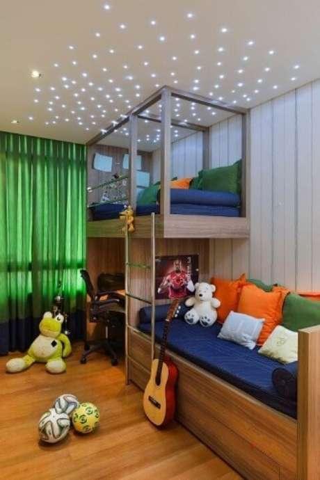 53. As luzes no teto e as cores vivas dão um aspecto mais infantil ao quarto. Projeto de Marlon Gama