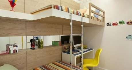 54. Quarto planejado infantil com duas camas e escrivaninha. Projeto de Adriana Fontana