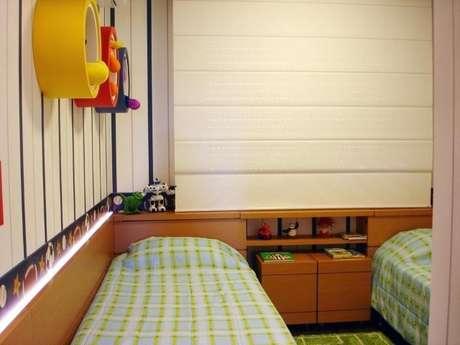 64. Quarto planejado infantil com nichos coloridos e baús. Projeto de Roberta Andreolla