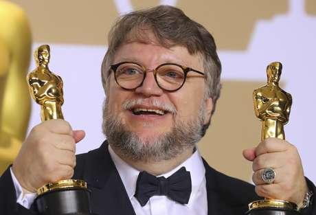 Diretor Guillermo del Toro posa para foto com estatuetas do Oscar em Hollwood, Califórnia 04/03/2018 REUTERS/Mike Blake