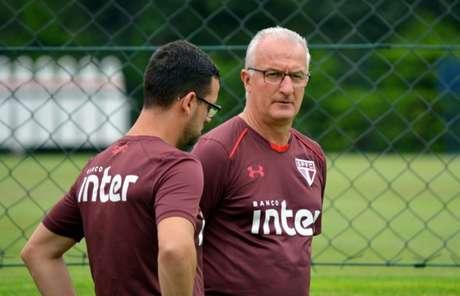 O técnico Dorival Júnior (à dir.) e seu auxiliar Lucas Silvestre conversaram bastante com os jogadores durante o treino no CT da Barra Funda (Érico Leonan/saopaulofc.net)