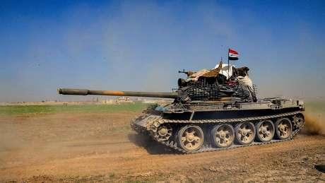 Tanque em foto divulgada pela Sana, a agência de notícias do governo sírio; acirramento do conflito na região já provocou mais de 700 mortes
