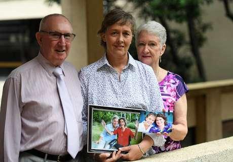 Jill Kindt segura uma foto dela com sua mulher Jo Grant juntamente com os sogros