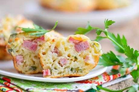 Muffin de queijo e bacon cortado ao meio