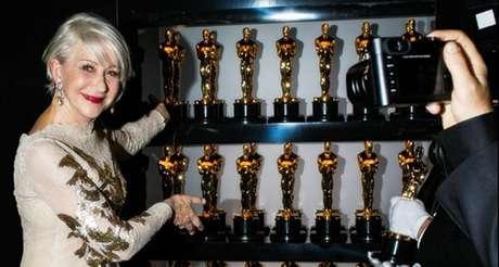 A atriz Hellen Mirren diante das estatuetas entregues na 90ª edição do Oscar.