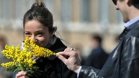 Em muitos países, a tradição do 8 de Março é de que as mulheres ganhem flores