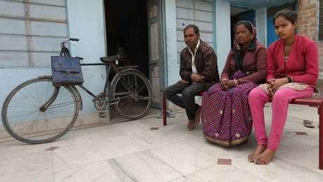 Em famílias pobres como a de Monika, somente as filhas mais velhas recebem educação formal | Foto: Peter Leng/Neha Sharma