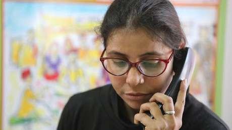 Preeti Yadav atende a chamados de crianças. Ela soube do casamento de Monika três horas antes da cerimônia | Foto: Peter Leng/Neha Sharma