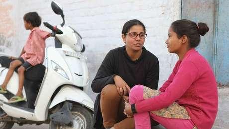 Preeti acaba ficando próxima das adolescentes que ajuda | Foto: Peter Leng/Neha Sharma