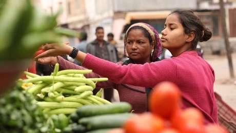 A mãe de Monika diz que a pobreza fez com que a família ficasse sem opções a não ser casar sua filha | Foto: Peter Leng/Neha Sharma
