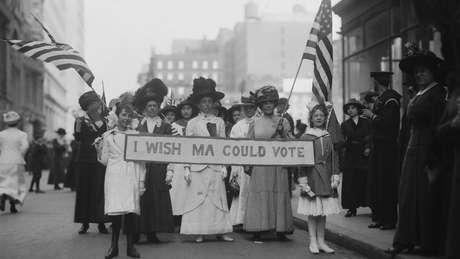 Em 1913, as mulheres já protestavam pelo direito de votar nos Estados Unidos; nessa época, eram frequentes os protestos também por melhores condições de trabalho