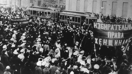 Na Rússia, em 1917, milhares de mulheres foram às ruas contra a fome e a guerra; a greve delas foi o pontapé inicial para a revolução russa e também deu origem ao Dia Internacional da Mulher
