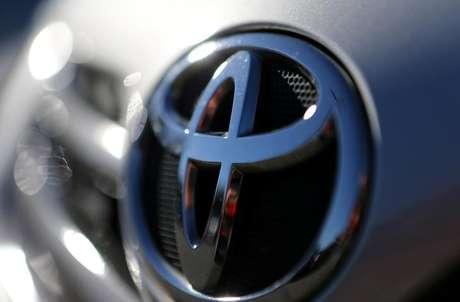 Logomarca da Toyota em um carro estacionado em São Paulo 2/06/ 2017.  REUTERS/Paulo Whitaker