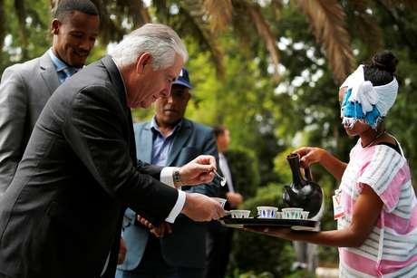 Tillerson é servido de café em cerimônia em Addis Ababa  8/3/2018    REUTERS/Jonathan Ernst