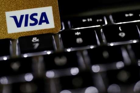 Cartão de crédito da Visa em teclado de computador 06/09/2017 REUTERS/Philippe Wojazer/Illustration