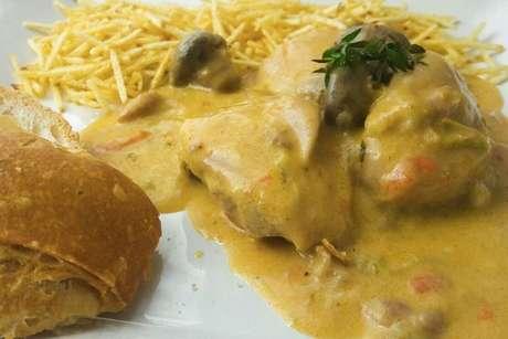 Frango à valenciana servido com batata palha