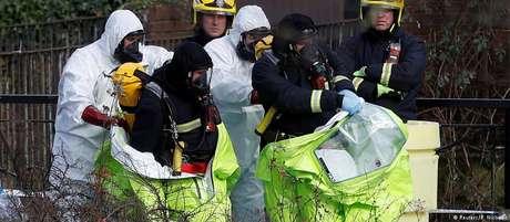 Investigadores retiram roupas de proteção perto de local onde ex-espião foi socorrido