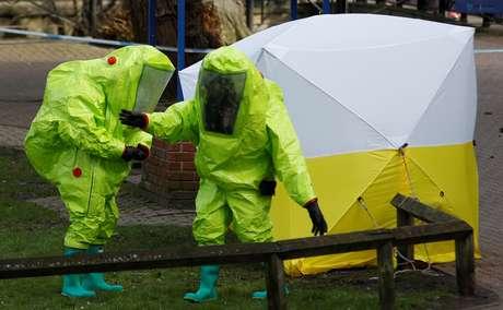 Banco onde ex-espião russo Sergei Skripal foi encontrado envenenado é coberto por uma tenda 08/03/2018 REUTERS/Peter Nicholls