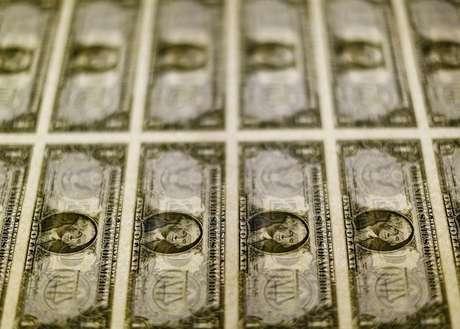 Notas de um dólar dos EUA fotografadas em Washington, EUA 14/11/2014 REUTERS/Gary Cameron/File Photo