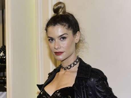 Alinne Moraes usa coque alto para marcar presença vip na loja da Bo.Bô em São Paulo