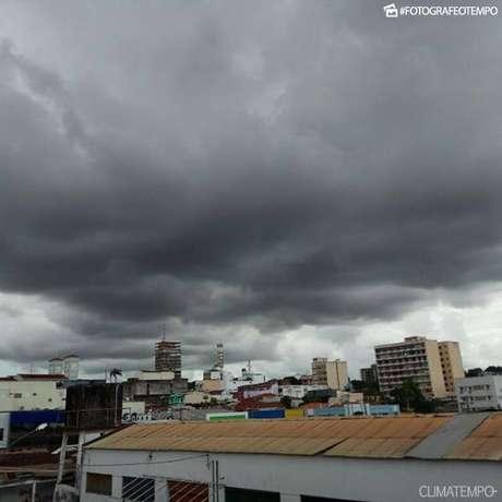Segunda-feira será de muito calor, mesmo com pancadas de chuva