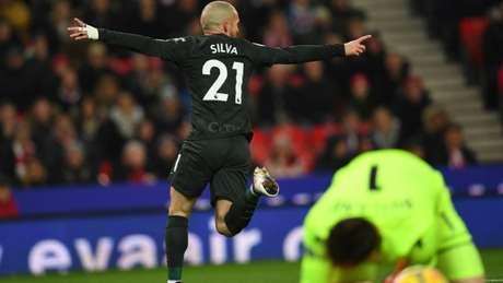 David Silva marcou os dois gols da vitória do Manchester City sobre o Stoke (Foto: AFP)