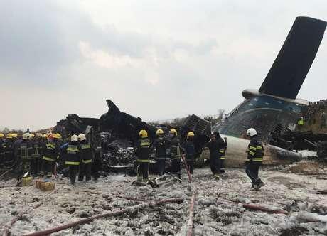 Equipes de resgate trabalham em avião que caiu no Nepal