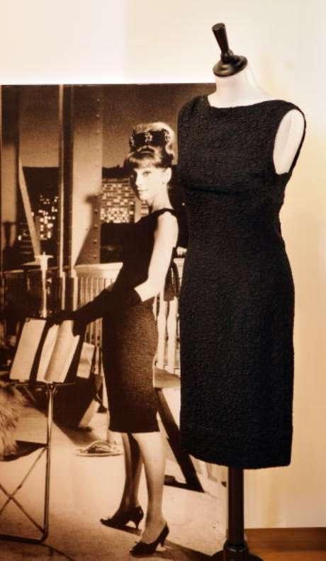 Vestido de seda preta de Givenchy usado por Audrey Hepburn foi exposto em Londres em 2009.