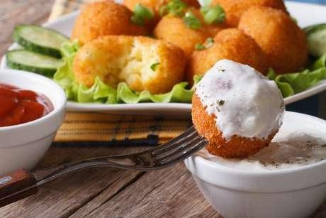 Bolinho de batata servido com sour cream