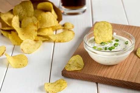 Chips de batata servidas com sour cream