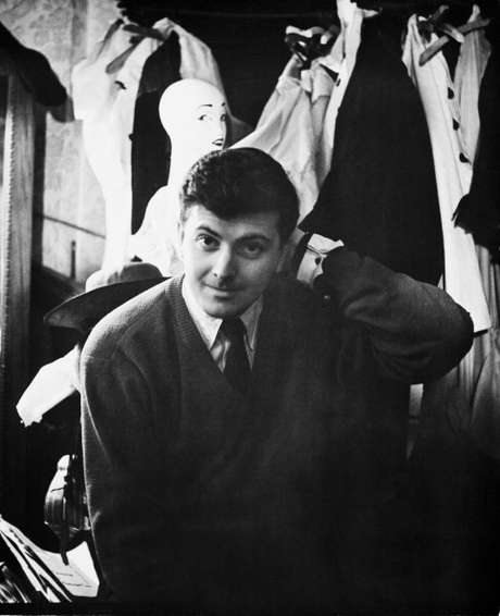 O estilista Hubert de Givenchy em seu ateliê em Paris logo no começo de sua carreira, em 1955.