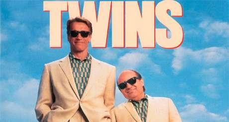 Arnold Schwarzenegger e Danny DeVito em Irmãos Gêmeos.