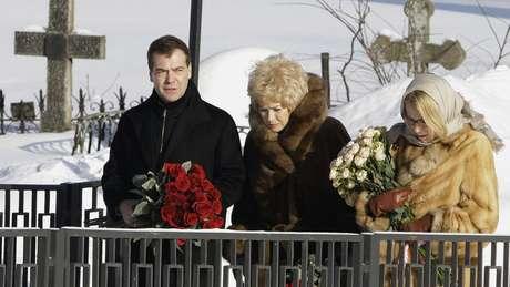 Narusova (ao centro) diz temer por sua segurança e de sua filha (à dir.)