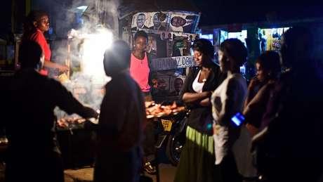 As barracas de comida de rua estão por todo o país | Foto: AFP
