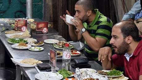 O almoço no Egito começa tarde, lá pelas 16h | Foto: AFP