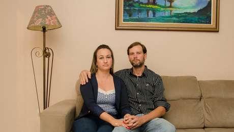 Carla e o marido, João Henrique, aguardam fim do processo | Foto: Jonas Samuel Betti/BBC Brasil