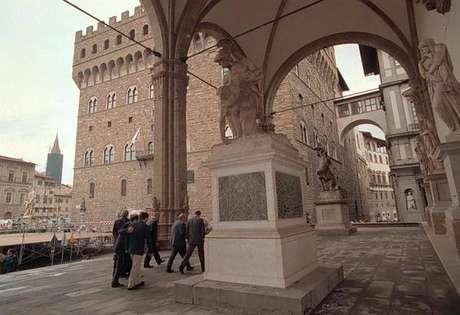 Jovem é multado por urinar em galeria de arte em Florença