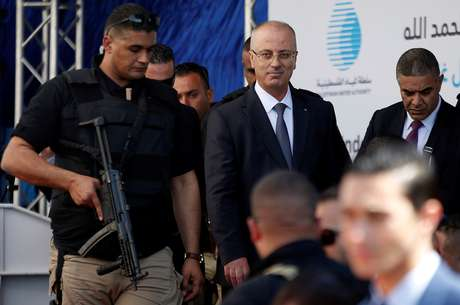 Primeiro-ministro palestino, Rami Hamdallah, chega a cerimônia após explosão perto de comboio, na Faixa de Gaza 13/03/2018 REUTERS/Mohammed Salem