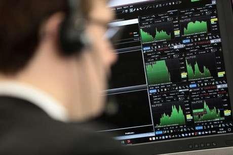 Agente olha para informações financeiras em tela de computador 06/02/2018 REUTERS/Simon Dawson - RC152F842070