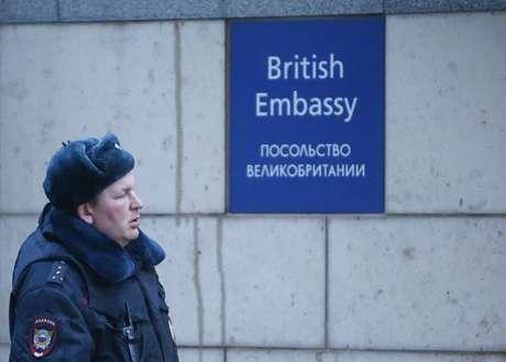 Policial russo do lado de fora do prédio da embaixada britânica em Moscou 13/03/2018 REUTERS/Sergei Karpukhin