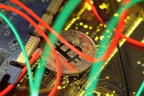 Representação de moeda digital bitcoin em placa mãe de computador 03/02/2018 REUTERS/Dado Ruvic/Illustration